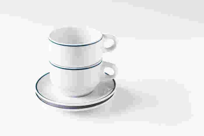 こちらはスペインを代表するテーブルウェアメーカー、「PORVASAL(ポルバサル)」の221シリーズのカップ&ソーサーです。白地にグリーンのラインを施した、シンプルで爽やかなデザインがおしゃれですね。業務用の器としてバルやホテルなどで広く使用されているカップ&ソーサーは、こちらの写真のようにスタッキングして、コンパクトに収納できるのも大きな特徴です。