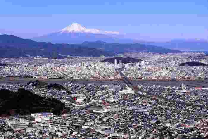 朝鮮岩からの眺めは格別です。抜けるような青空、眼下に広がる市街地、冠雪した富士山が織りなす景色は、まるで絵画のような素晴らしさです。
