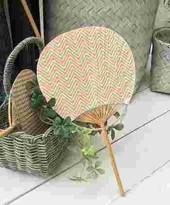 日本の伝統的な和柄をやさしいカラーでアレンジしたうちわ。丸い竹製の持ち手もやさしい雰囲気です。