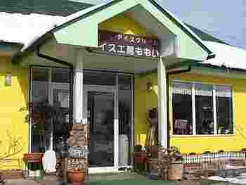 緑の屋根と黄色の明るい壁がとってもキュートなアイス工房では季節限定のフルーツのフレーバーや、クリームチーズなど様々なフレーバーを新鮮なミルクを使用して作っています。
