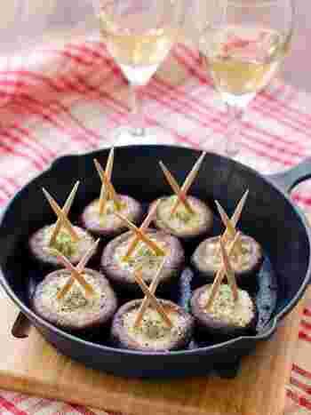 塩バターにニンニクとパセリを混ぜて、シイタケにちょこんと乗せて焼くだけ。ワインで蒸し焼きにすれば完成の簡単スピードメニューですが、見た目はオシャレなバル風に仕上がります。