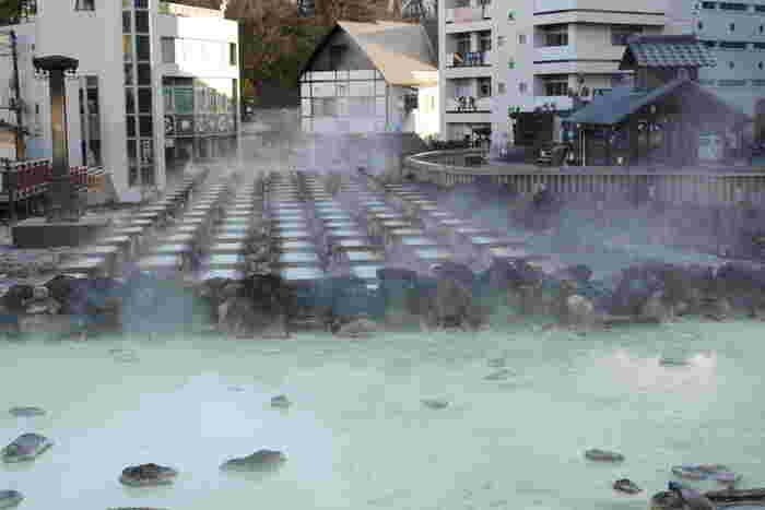 日本有数の酸性度を誇り、pH値は2.1とかなりの強酸性で雑菌などの殺菌作用が高く、皮膚病などに効果が高いとされています。自噴する湯量が非常に多く、湯温も50度~90度と高いため、草津節などをうたいながら、湯もみ板という木の板を使って温泉をかき混ぜ、温度を下げるという湯もみが行われています。