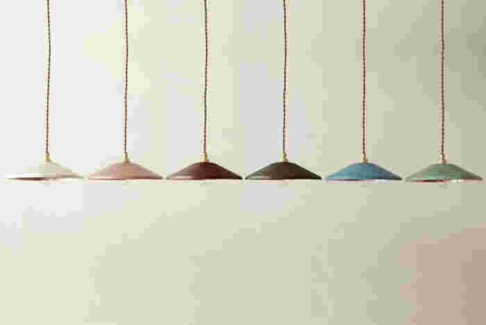 高岡銅器は、富山県高岡市で江戸時代から作られてきた工芸品。こちらのペンダントライトは、その銅器の着色技術を活かし、ひとつひとつ手作りしています。伝統と技術によって生み出される繊細な色合いや、素材ならではの触り心地が魅力。顔を上げるとお気に入りの色が目に入り、毎日の暮らしを明るく照らしてくれます。