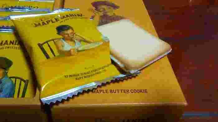 サクサクとした食感のクッキーに挟まれているバターチョコは、メープルシュガーと発酵バターをホワイトチョコに混ぜ込んで作っています。クッキーは小分けにされていて、袋のデザインも一つ一つおしゃれなのが嬉しいですね。