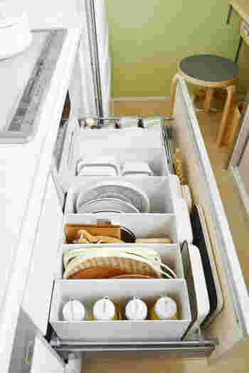 台所のシンク下やコンロ下にある大きな引き出しの、間仕切り用にも便利。ザルやまな板、お皿などを立てて収納できるので、無駄なくすっきり!引出しをあければ、ぱっと全体が見渡せて使い勝手も抜群です。