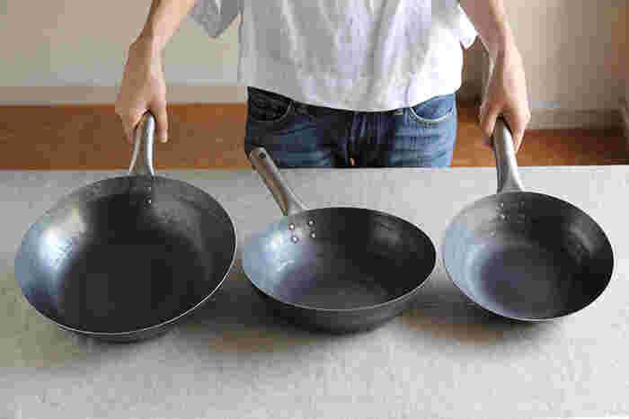 「TARO」の特徴は、まずその軽さ。鉄板を数千回も叩きあげながら、1.2mmという薄さで仕上げるので、従来の鉄パンにくらべて軽やか。さらに持ち手にチタンを使い、軽さを追求しているんです。