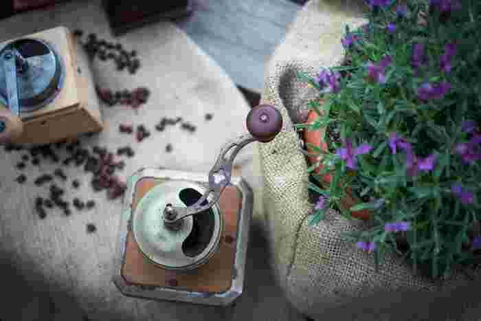 """コーヒーに限らず口に含むものは、温度によって感じ方が変わります。一般的に""""酸味""""は、他の味覚ほど温度によって大きく変化はしませんが、温度が低いとやや強く感じられる傾向にあり、高くなると旨味として感じられます。  アイスコーヒーは冷たい温度でいただくため、ホットと同じ「中煎り」の豆ではやや酸味が勝り、また味わいが薄くなります。もちろん人それぞれの好みにもよりますが、一般的に美味しいとされるのは酸味よりも苦味が勝った深い味わいです。"""