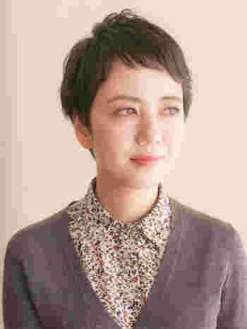 子供っぽくなりがちなオンザ眉毛ですが、アシンメトリーにすれば大人の女性にも似合います。くせ毛風パーマで外国人のような雰囲気に。