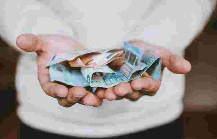 """海外で両替する場面もきっとあるでしょう。そんな時のフレーズは「Could you change Japanese yen into dollars(日本円をドルに変えていただけますか)」となります。  両替に関する単語は覚えておくと便利なので、よく使う単語をピックアップしておきますね。ちなみに、100ドルなどの大きなお金は旅行には向いていません。なので、""""Small bill(小額紙幣)""""に両替してもらうことをおすすめします。  ・large bill(高額紙幣) ・small bill(小額紙幣) ・note(紙幣) ・coin(硬貨)"""
