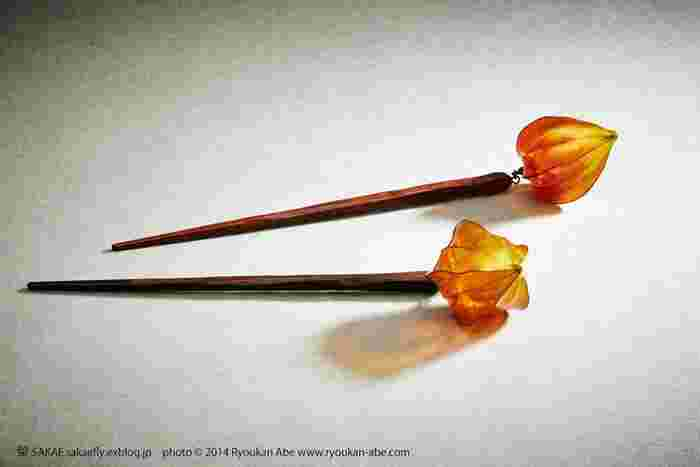初夏から花を咲かせ、夏の盛りには実が赤く色づく鬼灯。ですが夏の熱気が過ぎて少し淋しい風が吹く景色の中で、ひっそりと熟れた実が揺れている、そんなイメージがあるのはその穏やかな色のせいでしょうか。 Photo by Ryoukan Abe (www.ryoukan-abe.com)