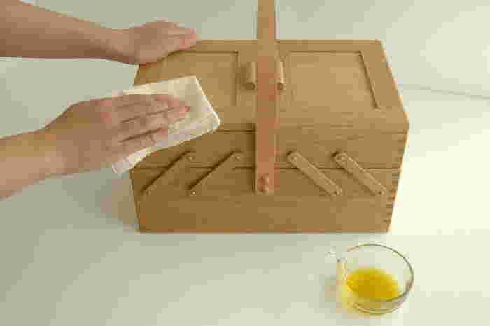"""次にご紹介するのは、岡山県・倉敷市の雑貨メーカー、『倉敷意匠(くらしきいしょう)』の素敵な「ソーイングボックス」です。国産の上質なナラ材を使用し""""石畳組み接ぎ""""の伝統技術を用いて、一点一点職人さんの手で丁寧に作られています。塗装はせずに天然オイルのみで仕上げたソーイングボックスは、家具用オイルやオリーブオイルなどでケアする度に色艶が増して、経年変化を楽しみながら長く愛用し続けることができます。"""