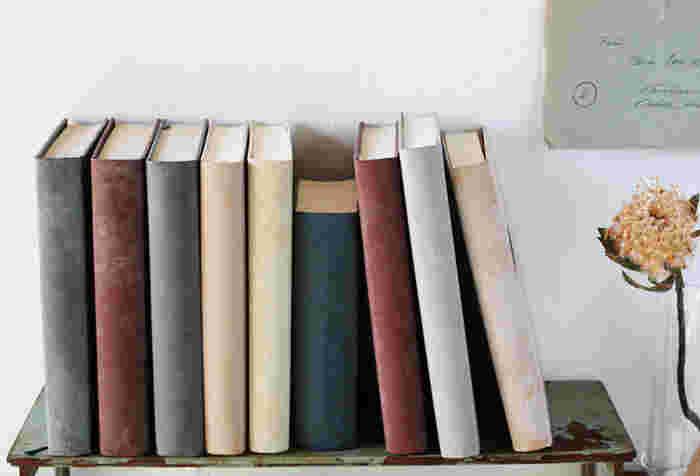 背表紙は何も装飾せずに仕上げるのがポイント。シンプルにすることで、どんなお部屋にも似合うブックディスプレイに。本のフォルムとカラーの美しさを楽しみましょう。