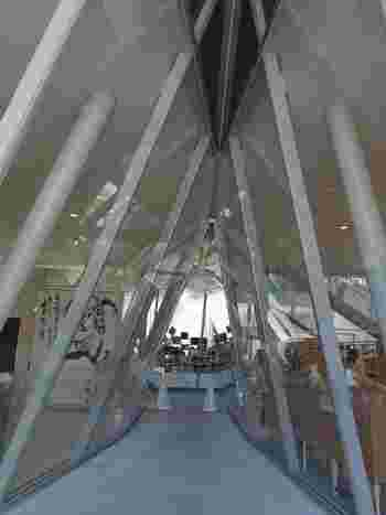 建物内部も個性的です。ミュージアムショップに向かう通路は、建物のスリット部分でガラス張りになっています。