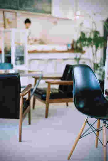 元工務店だった建物の2階にある「cafe GARDEN(カフェ ガーデン)」は、ナチュラルな空間にミッドセンチュリーな家具を配したおしゃれなカフェ。イームズチェアやカリモクKチェアなどがさりげなく置かれています。