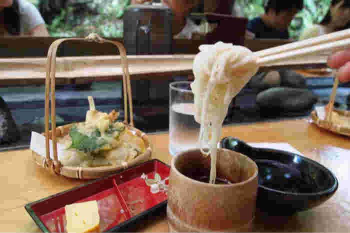 流れてきたそうめんは、きりりとつめたく喉ごし抜群。流しそうめんに合うそうめんを厳選し、注文を受けてから茹でているそうで、抜群のおいしさです。自家製のつゆもさっぱりしてて、いくらでも食べられそう。天ぷらやとろろなどとセットにすることもできるので、男性も満足できると評判です。夏の鎌倉観光の途中で立ち寄ってみませんか?