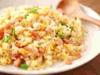 煙が出るほど熱した中華鍋に、卵を始め具材を次々と投入していく中華の王道メニュー。あおりとお玉による押し付けでぱらりと仕上がります。