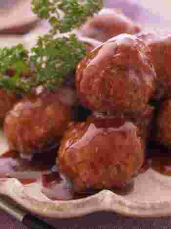 きのこは味が出るのでお肉料理のかさ増しにぴったり! きのこの中でも細かく刻みやすいえのきはかさ増しの定番食材。みじん切りにして肉団子に入れて。冷めても柔らかくお弁当に入れても◎。