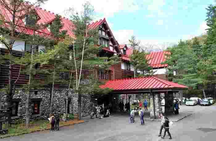 「上高地帝国ホテル」バス停から3分、「上高地バスターミナル」バス停からでは10分ほど。 「帝国ホテル」の創業者により、1933(昭和8)年に開業した日本の山岳リゾートホテルの草分け的存在です。