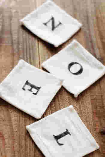 まず、はじめに揃えたいのがステンシルシートのなかでも、「アルファベットシート」。 100円ショップにもいろいろな種類がありますし、書体にこだわる方はオーダーも◎ アルファベットを組み合わせて好きな言葉を作りましょう。
