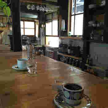 店内はカウンター席になっていて、立って飲むスタイルです。座って飲むのとはまた違った楽しみ方ができます。