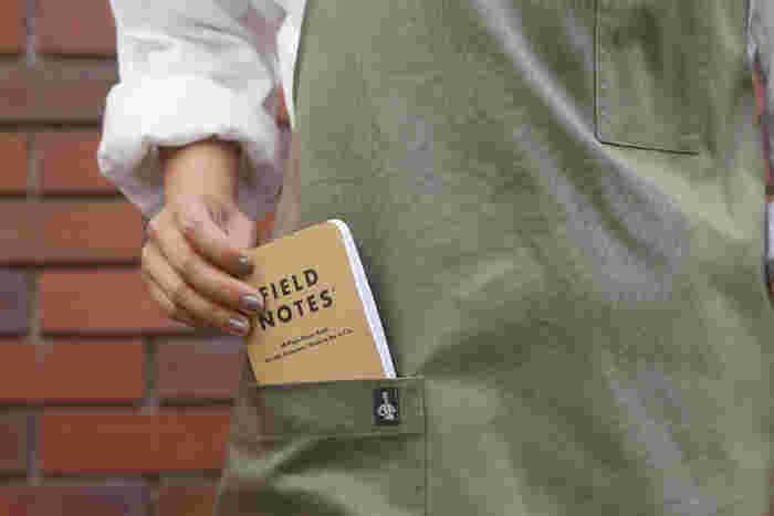 外に持ち出してサッとメモを取り、ポケットに入れられます。ガシガシとアクティブに使いたいノートです。