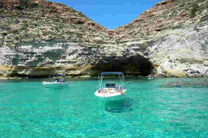 照りつける陽射し、抜けるような青い空、透き通る海が織りなす風光明媚な島、ランペドゥーザ島は、地中海に浮かぶイタリア最南端の島です。