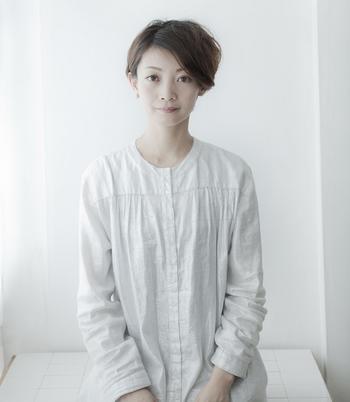 そう語ってくれたのは、2011年にKARAFURUを立ち上げた主宰でデザイナーの黒田幸さん(写真)。 大学卒業後に出版社に勤務。モノ系情報誌の編集者として活躍した後、単身で2年間イタリアへ。帰国後に映画・歌舞伎の興行会社に入社し、歌舞伎を通して日本の伝統を受け継ぐ職人さんたちと出会います。そこで、職人さんの後継者と技術の存続の危機を目の当りにし、自ら行動を起こすべく立ち上がりました。