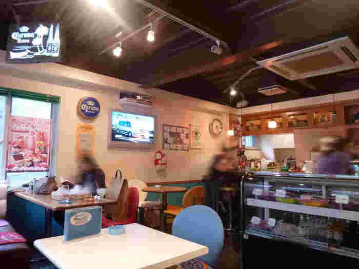 海外のカフェのように、カラフルなインテリアがとてもおしゃれですよね。ショーケースのディスプレイもおしゃれです。