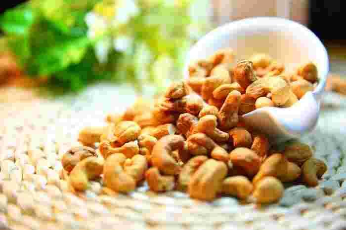 そのまま食べても美味しいナッツ。料理に使ってもいいアクセントを加えてくれます。そして、ナッツは食物繊維や鉄分、ビタミンE、ミネラルなどの豊富な栄養素を持つスーパー食材!健康を考えている方にオススメしたい食材です。