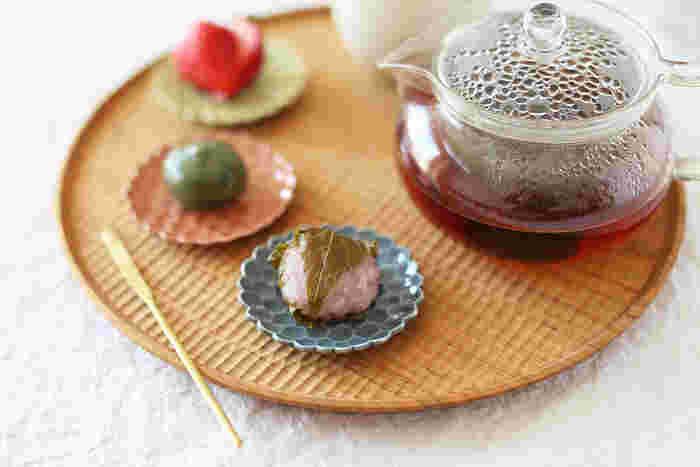 小さな桜餅やおだんごなど、和菓子のスタイリングにも◎。こちらの豆皿は、上で角砂糖を乗せているのと同じもの。コーヒーにも和菓子にも似合う華やかな豆皿です。