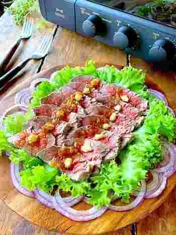 特売のかたまり肉も、すりおろしたキウイとヨーグルトに漬け込んでおくことで柔らかに。トースターでできるから思いのほか簡単です。