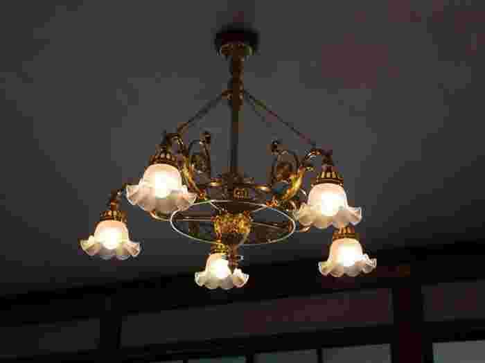 部屋によって異なるデザインにも注目。たとえば、シャンデリアには菊の紋章。細部にわたり技術の粋を凝らしています。