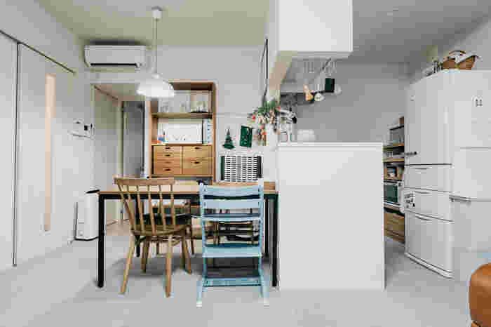 まずは、テーブルの向きに注目してみましょう。テーブルに座ったときに見える景色、そしてテーブル全体の見え方が変わることによって、空間の印象が変わります。こちらのお部屋のように片方をカウンターにくっつけると導線がよくなって、料理が出しやすくなったり、片付けもしやすくなりますね。