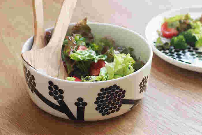 北欧の人気ブランド・マリメッコのサラダボウルなら、野菜をただちぎって入れておくだけで主役級の可愛らしさ。オーブンにも対応しているので、使い勝手もGOOD。
