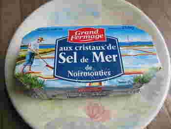 """ミネラルたっぷりの""""Fleur de sel(フルール・ド・セル=塩の花)""""と呼ばれる海塩から作られた最高級の粗塩が練りこまれてている味わい豊かなバター。厚めに切ったパンに乗せて食べるのはもちろん、ワインのお供にもおすすめです。"""