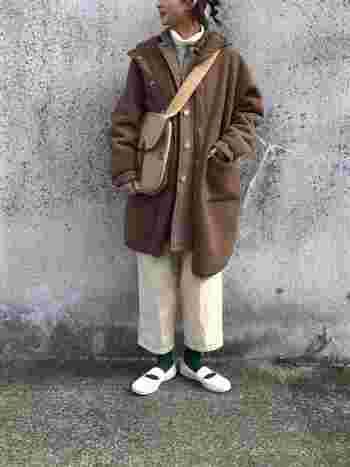 ブラウンやベージュなどの柔らかいトーンの服には、渋めカラーの靴下がおすすめ。特にモスグリーンは、ナチュラルな印象はそのままに、ちょっとアクセントをプラスしてくれるのでナチュラルなコーディネートに重宝するカラーです。