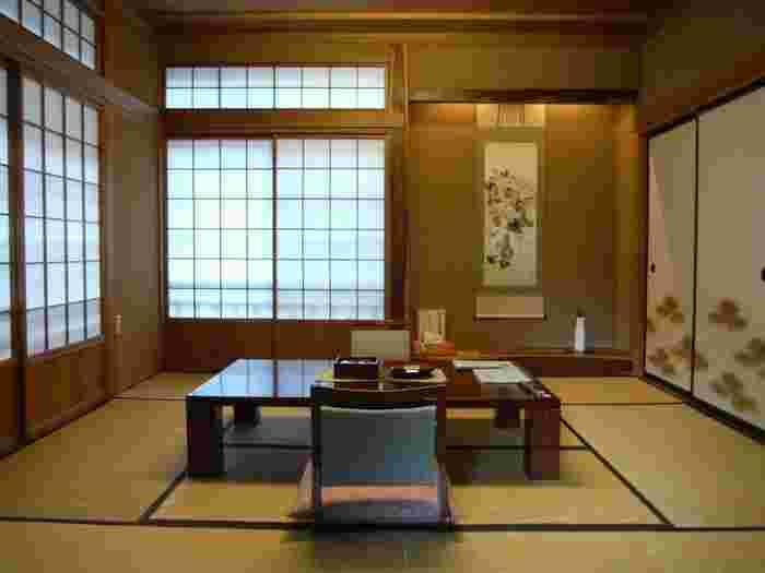 また長寿館の客室棟・本館と別館は、国の登録有形文化財に指定されています。本館は、詩人や画家などの著名人が多く訪れた歴史のある建物。一方、別館は、客室沿いには法師川が流れていて、自然を堪能できるようになっています。どちらも風情のある和室なので、時間を忘れてゆっくり過ごせます。