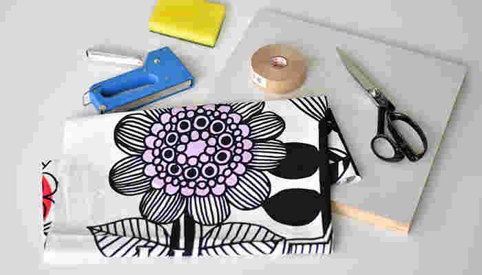 必要な道具は「材料/木製パネル・ハギレ・フック」 マリメッコのハギレを買って、お家でファブリックパネルを作る簡単DIYです。ぜひみなさん、作ってみてくださいね。