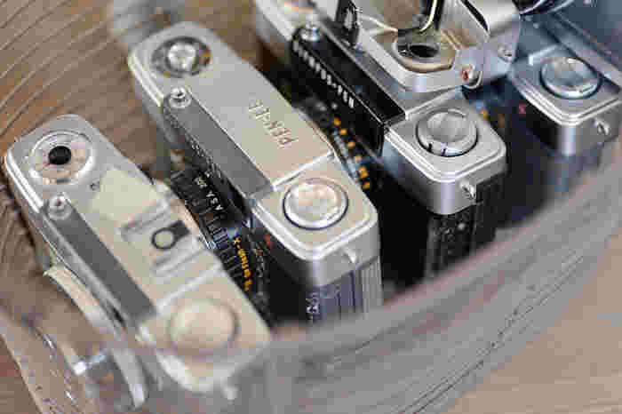じっと修理を待っているカメラたち。