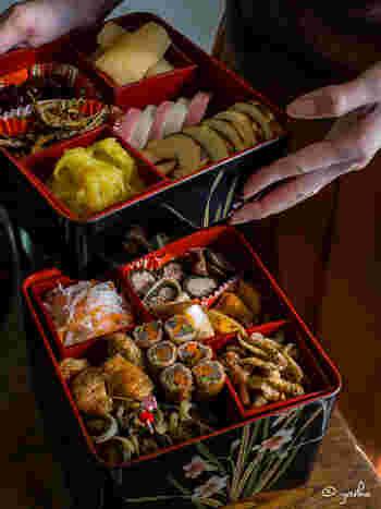 昔は年迎えのお膳をおせちと呼んでいたそうですが、現在のように「重箱」が使われるようになったのは江戸時代後期~明治時代頃からだと言われています。おせち料理を重箱に詰めるのは、「めでたいことや福が重なるように」という意味合いがあります。また、省スペースで収納できてお客様にふるまいやすい、蓋つきでホコリが付かずに保存できるなど、実用的な理由からも「重箱」スタイルが徐々に普及していったそうです。