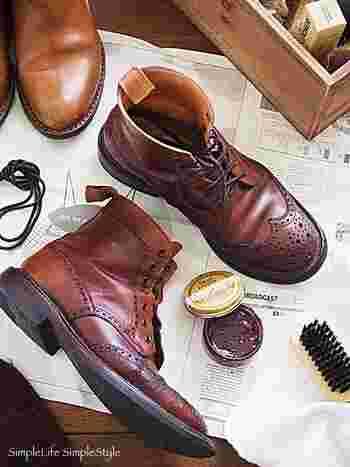 しばらく使わない靴をしまう時は、手入れをしてから靴箱に収納するようにしましょう。完全に乾燥させるのはもちろん、革靴ならクリームで栄養を与えておくと長持ちしますよ。