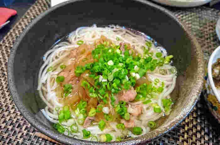 半田素麺などの太めの素麺で、別で甘辛く煮たお肉をトッピングすれば肉うどん風の肉にゅうめんに。ボリュームがあって夕ご飯のメニューにもなりそうですね♪