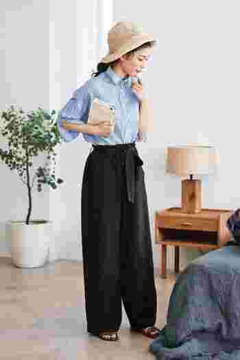 シワ感のあるビッグシャツは、着飾りすぎないナチュラルな印象。きちんと感を残しつつ、ビジネスシーンでもカジュアルになりすぎません。ボトムスにタックインしても、ボタンをはずして抜き襟にしてもこなれたコーデに仕上がります。