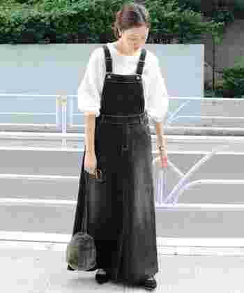 黒デニムのジャンパースカートは、ワーク感のあるアイテムですが、フレアなマキシ丈なので女性らしい印象を与えます。ふんわりスリーブのブラウスやパンプス、ミニポシェットなど、フェミニンな小物で上品にまとめて。