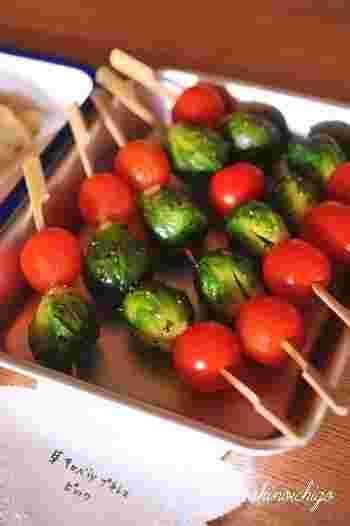 ■芽キャベツとプチトマトのピック 塩コショウとマスタードでシンプルに炒めたものを串刺しに。 トマトとの配色がキュート!