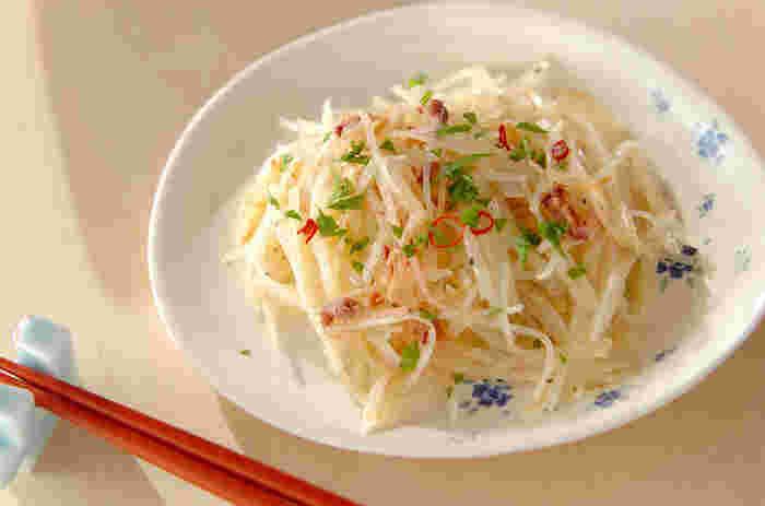 水でさらして炒めたジャガイモのシャキシャキ感と、アクセントの赤唐辛子で、お酒の種類を選ばないおつまみです。 イタリアンパセリの変わりに大葉を使えば、和風の食卓にも合いそうですね。