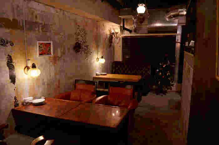 新宿駅から徒歩5分、新宿3丁目駅から徒歩1分のビルの4階にあるカフェ。全席ソファでまったりゆっくりできます。お気に入りのソファは見つかるかな?