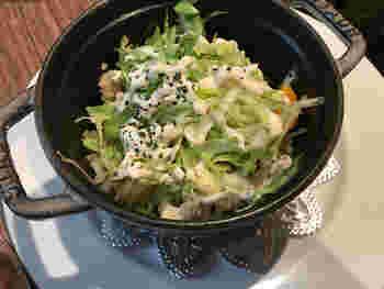 一部ノンベジメニューもありますが、メイン料理はベジタリアン向け。写真は「焼玄米タコライス」。野菜たっぷりで程よい辛みもあり、食べ応えは十分です。やや少なめにも見えますが、サラダバーを存分に楽しむためには、これくらいが丁度いいかもしれませんね。