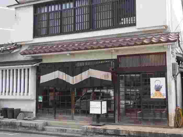「ござ九」の向かいにあるのが南部鉄器で名高い「釜定」のお店です。歴史を感じさせる建物でとても雰囲気がありますよ。