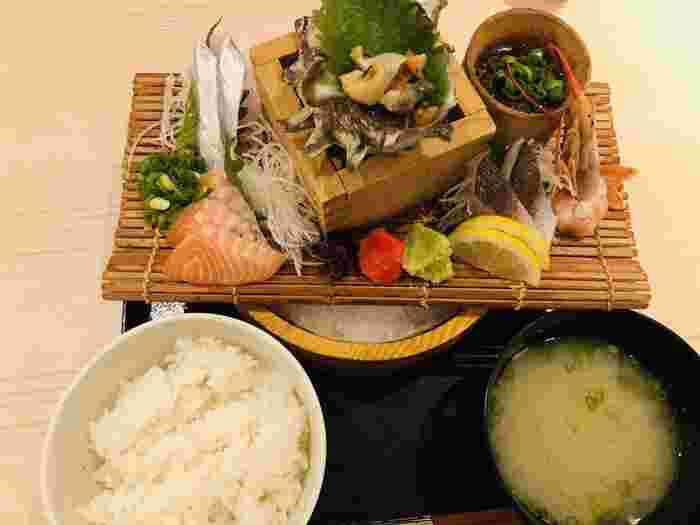 大漁名物の「大漁刺盛定食」。新鮮な魚を食べたい方に一押しの刺盛定食は、リーズナブルでボリューム満点のお得なランチです。明太子、あさり汁、漬物が付いてくるので、ごはんがどんどん進みます。